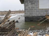 Powierzchnia działki zalana wodami opadowymi - efekt braku drenażu
