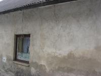 Spękania budynku spowodowane nierównomiernym osiadaniem