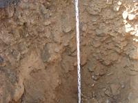 Grunty kamieniste (otoczaki) w wykopie badawczym