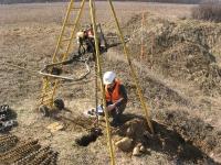 Badania terenowe na potrzeby oceny stateczności skarpy - lekka wiertnia z silnikiem spalinowym